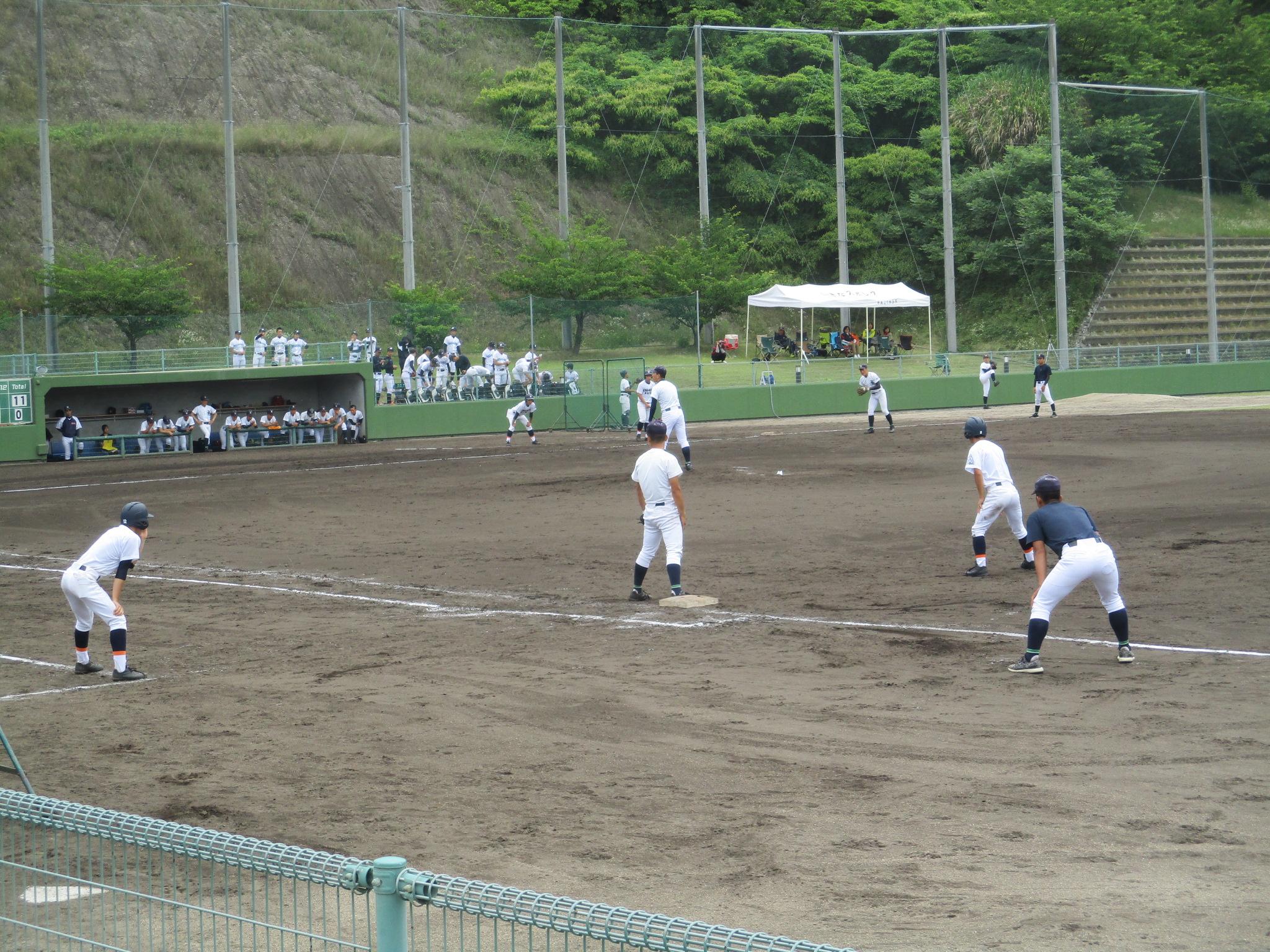 興譲館高等学校野球部様が練習試合を行っています。